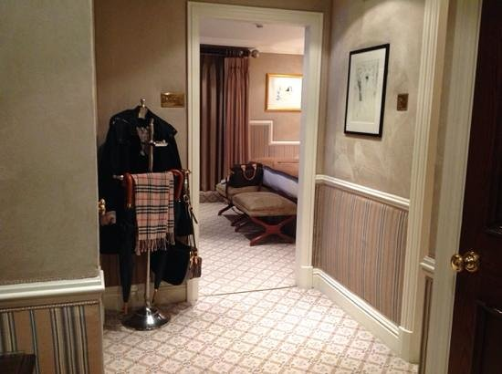 The Milestone Hotel : large entry with 2 closets