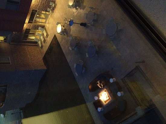 SpringHill Suites Chattanooga Downtown/Cameron Harbor : Fire pit patio area.