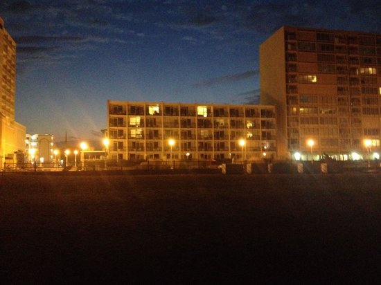 Belvedere Beach Resort: Night view