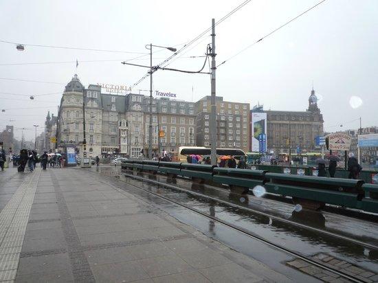 Park Plaza Victoria Amsterdam: 駅から見たホテル