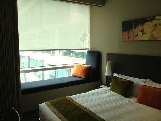 Park Regis Singapore: 部屋の内観。窓の外にL字型の建物の直交のウィングが見える。