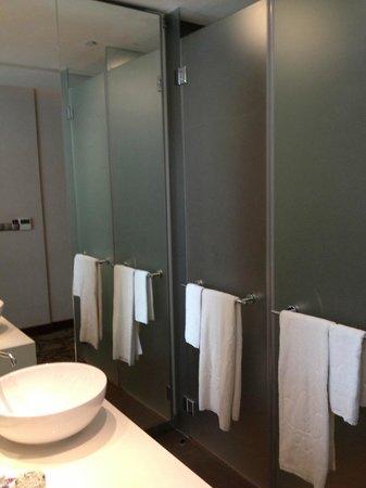 Park Regis Singapore: 右手奥がトイレ、手前がシャワー。左が洗面台。
