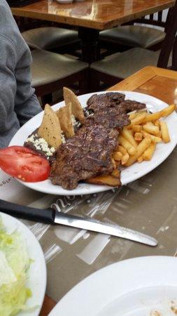 El Gaucho: La Tampiqueña está muy bien servida, acompañada de papas, frijoles y enchilada.