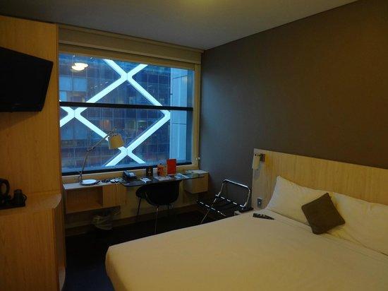 Ibis Sydney King Street Wharf: 快適な部屋。窓の外の白い格子は向かいのオフィスビルです