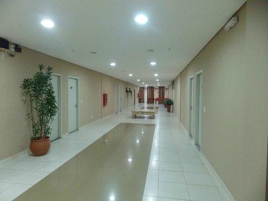 Flat Itaipava Center: corredor para os quartos