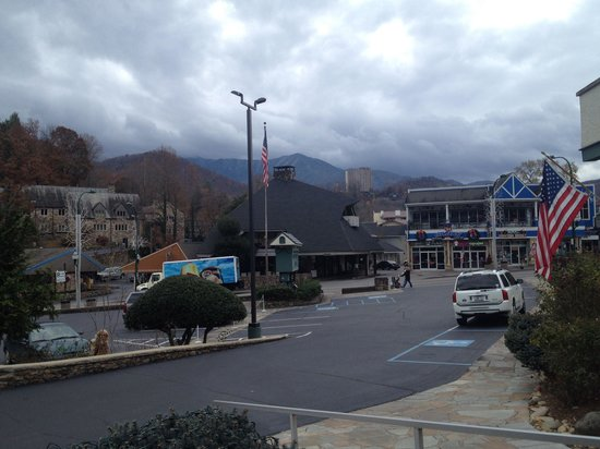 Gatlinburg Inn: From the front porch of the lobby