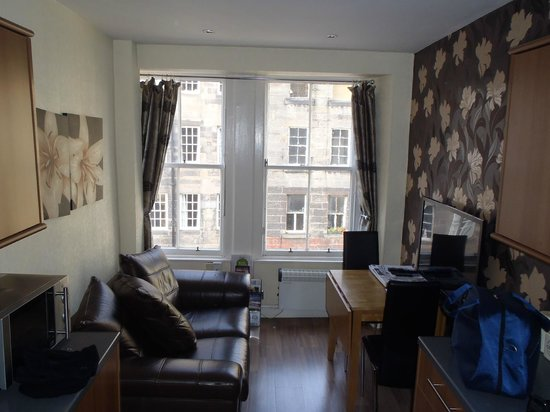 Stay Edinburgh City Apartments - Royal Mile : photo makes this room look generous