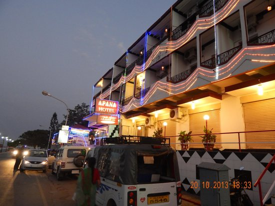 Apana Hotel: Hotel at Night