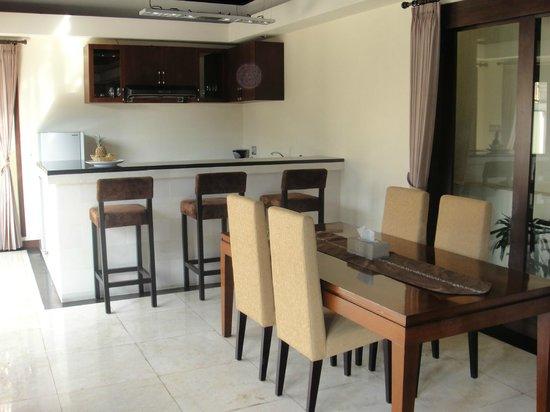 The Seri Villas: Dining and kitchen