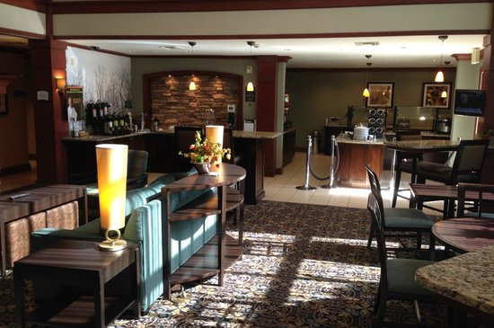Staybridge Suites San Diego Rancho Bernardo Area: Central room for relaxing, meals.