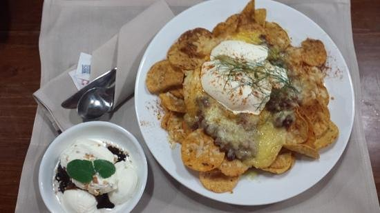 Distinction Whangarei Hotel & Conference Centre: nachos with ice cream sunday