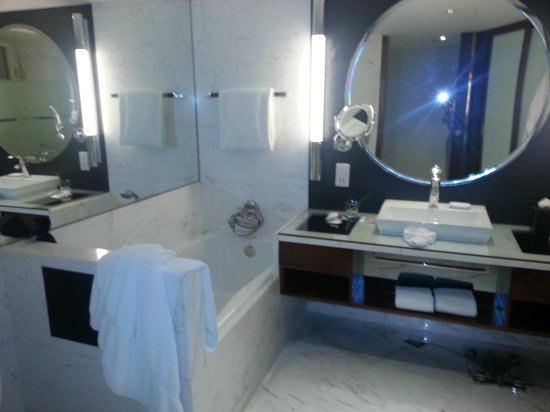 InterContinental Shanghai Pudong: Bathroom with closet with opening from the room and bathroom
