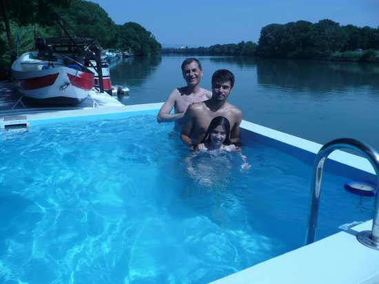 Chambres d'hotes Peniche le Hasard : enjoying the pool on board riverboat