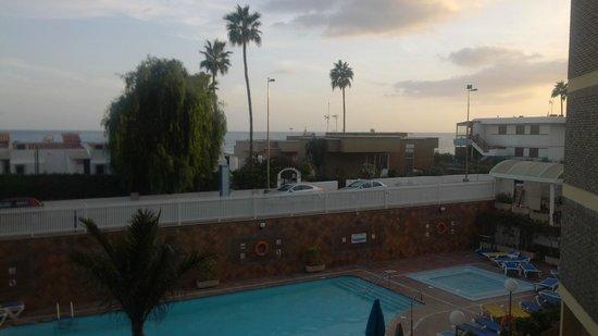 Veril Playa: Balkonzicht over zwembad en oceaan.