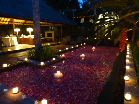 Kayumanis Ubud Private Villa & Spa: Decorated pool for romantic dinner