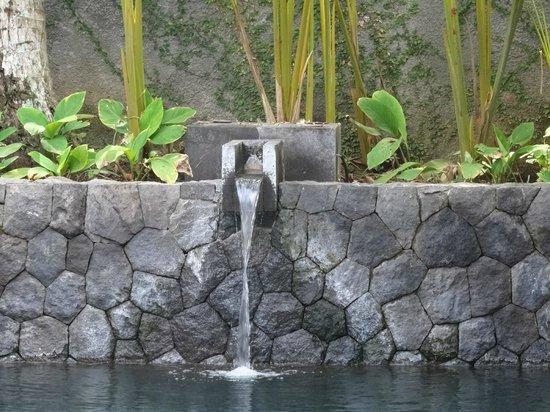 Kayumanis Ubud Private Villa & Spa: Fountain into the pool