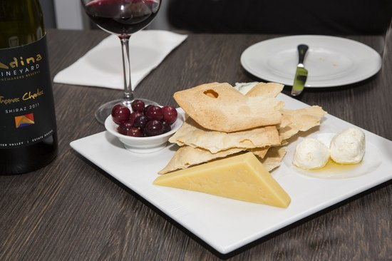 Emerson's Cafe & Restaurant: Cheese platter