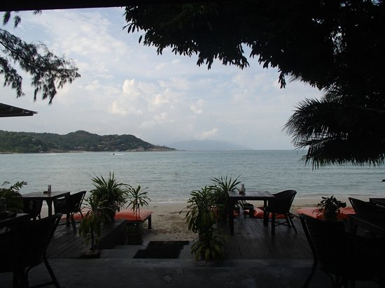 Samui Honey Cottages Beach Resort: View of the beach from the bar