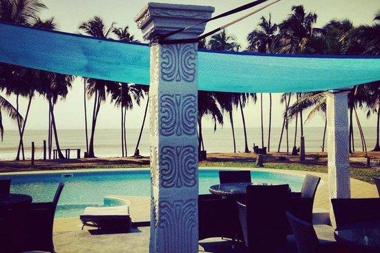 Blue Diamond Beach Spa Resort: Pool side bar