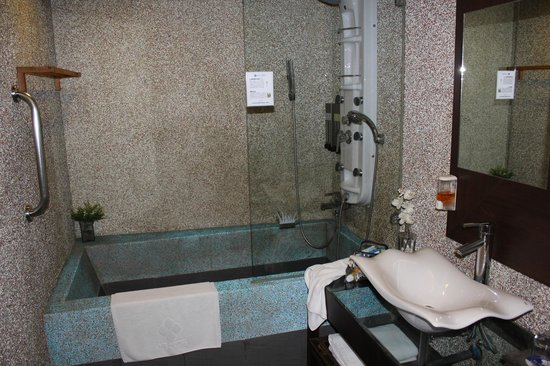 MF Harbor View Hotel Penghu: Modernes Bad mit Massagedusche und Riesenwanne