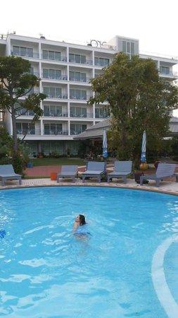 Cera Resort Chaam : วิวของที่พักบริเวณสระว่ายน้ำ..