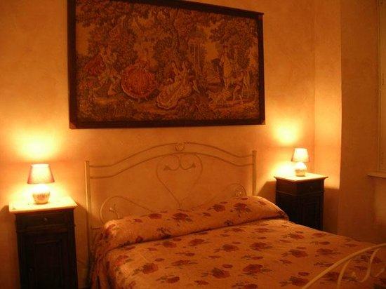 B&B Roma Magica: Camera rosa con bagno interno