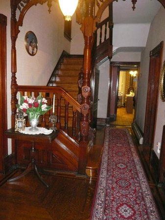 Victorian Loft : nice wooden stairs!