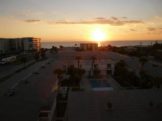 Cocoa Beach Suites : Lever de soleil depuis la chambre (la piscine est celle d'un autre hotel !)