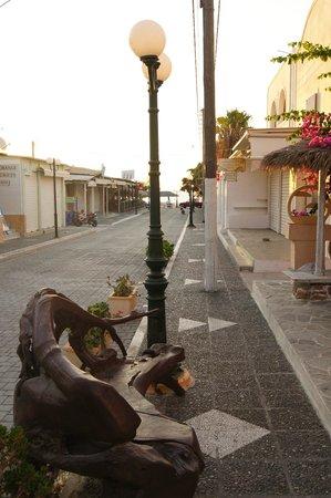 Kamari Star Hotel: auf dem Weg zum Strand