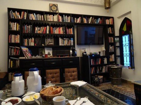 Riad Hannah City Hotel : le salon bibliothèque