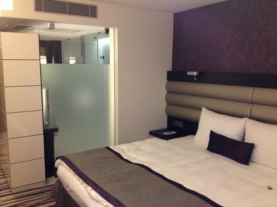 Mövenpick Hotel Lausanne: kamer gezien naar badruimte