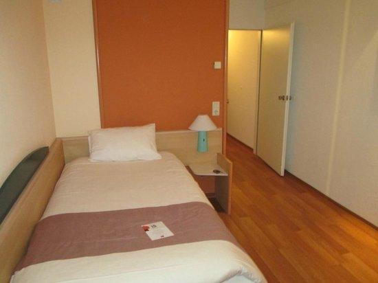 Ibis Aachen Marschiertor: Comfortable bed but the light could be better!