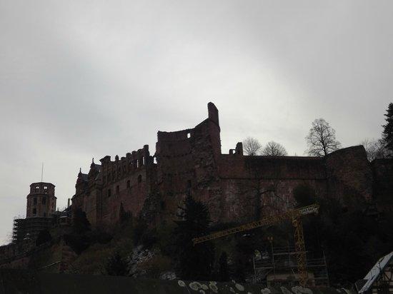 Hotel Am Schloss: VISTA DO CASTELO DE HIEDELBERG PELA JANELA DO QUARTO