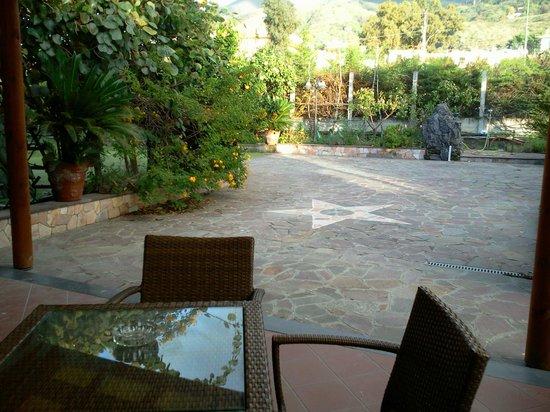 Divinus B&B: Un'altra prospettiva del giardino..bello e rilassante!