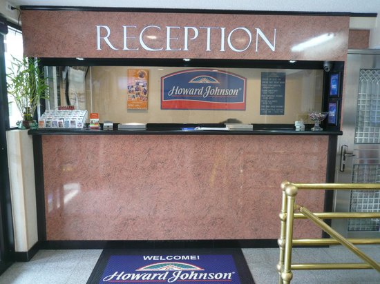 Howard Johnson Inn Jamaica JFK Airport: Reception (with bullet proof glass)