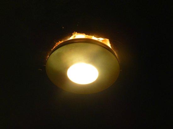 Britannia Airport Hotel : badly installed lights
