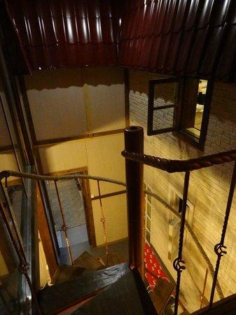 Mezzanine Hostel: спускаемся по лестнице из-под крыши