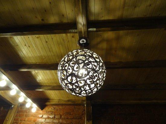 Mezzanine Hostel: лампа