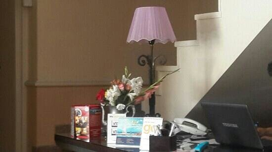 Alexander the Great Hotel: flowers in the reception desk