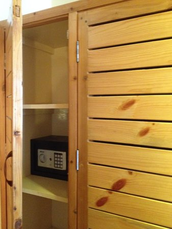The Holiday Resorts Cottages & Spa : locker for safety