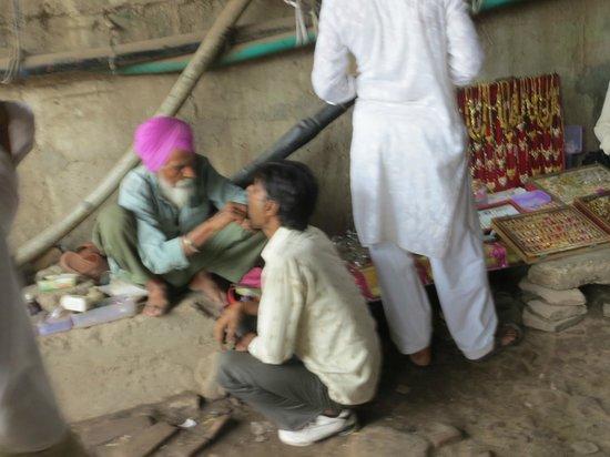 Jama Masjid: street dentist