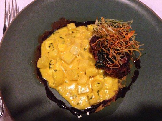 Café Inkaterra: Bife torneador marinado no vinho  malbec  ao molho chimichurri com batatas e queijo andino ao mo