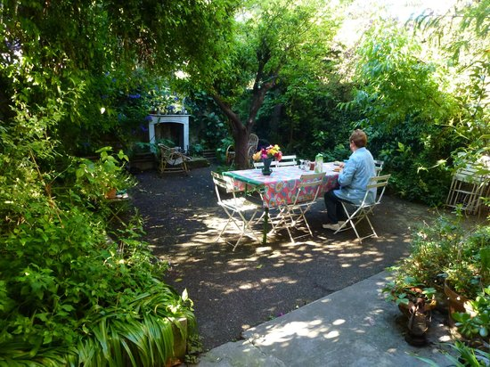 La Moma : Breakfast in the garden
