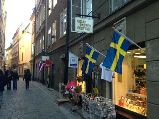 Lady Hamilton Hotel: The front door to the block is between the Swedish & Thai flags