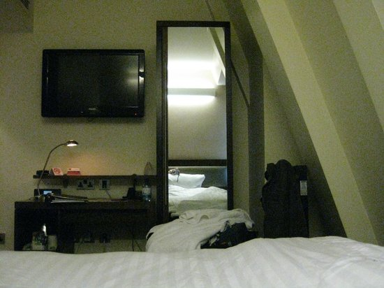 Mercure London Paddington Hotel : Room entrance and bathroom to the left of the TV screen