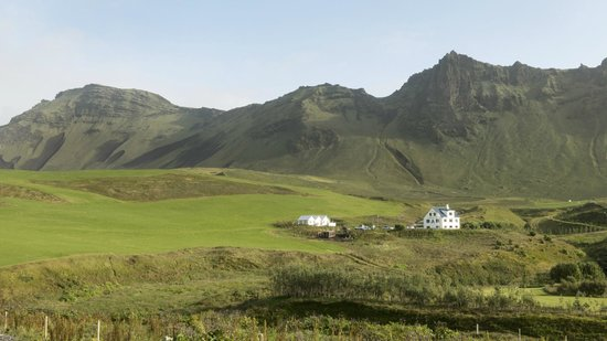 Vik HI hostel: View of Nordur-Vik Youth Hostel and surrounding landscape