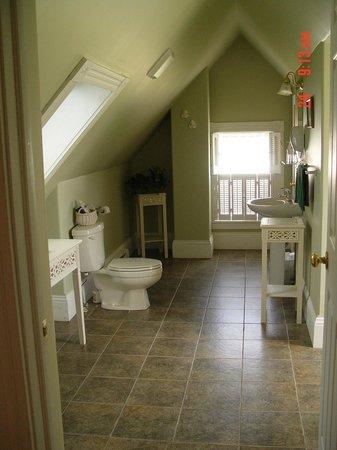 Louisbourg Heritage House Bed & Breakfast: spacious bath -3rd floor suite