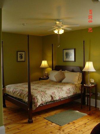 Louisbourg Heritage House Bed & Breakfast: queen room