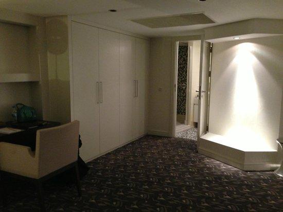 Rixos Taksim Istanbul: Master Bathroom and Closets