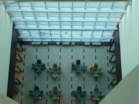 Embassy Suites by Hilton Denver - Downtown / Convention Center: View of the reception from the 17th floor elevators